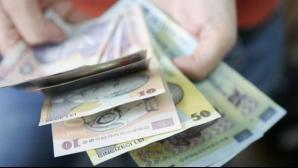 Legea spune că băncile pot pune poprire pe cel mult jumătate din veniturile unui restanţier.