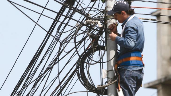 Localităţi fără energie electrică din cauza vântului puternic