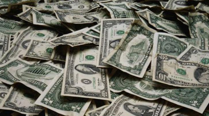 Dolarul se apreciază din cauza aversiunii faţă de risc înainte ca uraganul Sandy să lovească SUA