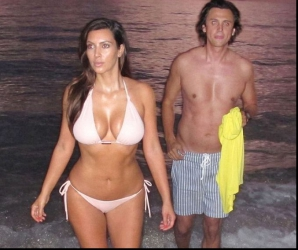 Kim Kardashian pe plajă