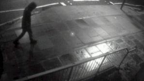 Poliţia caută în prezent un bărbat surprins de camerele de luat vederi în apropierea locului atacului
