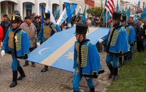 """Miting pentru """"apararea steagului secuiesc"""", in fata Prefecturii Covasna în noiembrie 2012"""