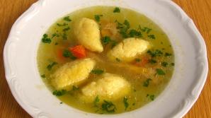 Supă de găină cu găluşte pufoase