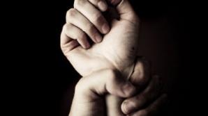 O femeie de 28 de ani, marinar în Marina SUA, l-a dezarmat şi bătut pe şoferul de autobuz care a vrut să o violeze