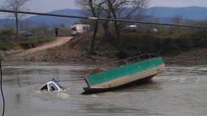 Autoutilitară răsturnată în râul Mureș