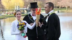 Căsătorie după atentat. Doi alergători de la maratonul din Boston s-au căsătorit la câteva ore după atacul cu bombă