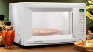 Încâlzea mâncare la cuptorul cu microunde și a avut parte de un incident