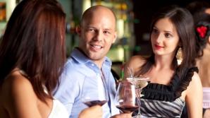 Femei flirtează cu un bărbat