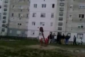 Un tânăr snopit în bătaie sub privirile nepăsătoare ale vecinilor