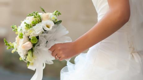 Obiceiuri De Nuntă De Ce Mireasa Aruncă Buchetul De Flori