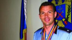 Comisarul a decis să adopte copilul abandonat în tomberon