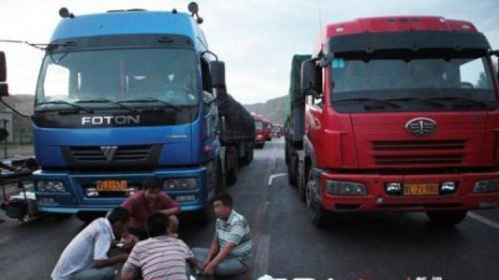 <p>Coloană de camioane înainte de Nădlac, traficul fiind îngreunat pe DN 7</p>