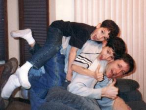 S-au reîntâlnit după ani şi au refăcut fotografiile din copilărie