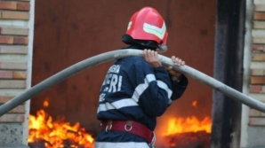O femeie a murit carbonizată după ce un incendiu puternic i-a cuprins locuinţa, la Braşov