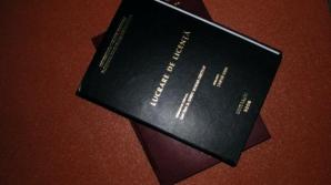 Lectori universitari acuzaţi că vindeau lucrări de licenţă