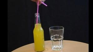 Cum reuşeşti să torni dintr-o sticlă în pahar fără să mişti sticla?