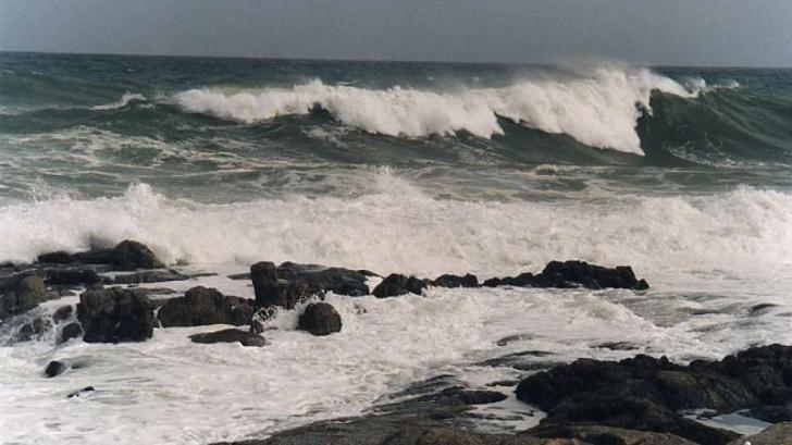 Un bărbat s-a înecat şi doi salvamari au avut nevoie de îngrijiri medicale la Jupiter