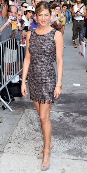 Jennifer Aniston într-o superbă rochie scurtă din tweed