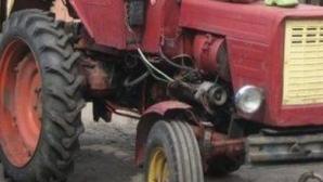 Un consilier din Padeş, strivit de un tractor