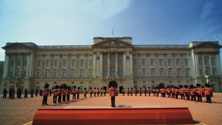 ÎNTÂMPLARE BIZARĂ în curtea Palatului Buckingham