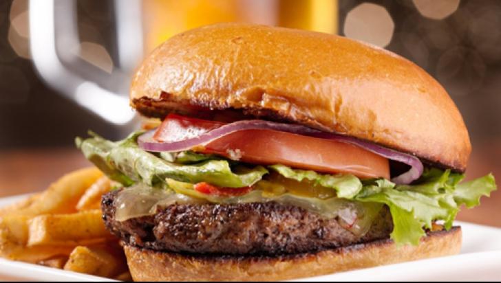TRUCURILE pe care le folosesc restaurantele fast-food ca să ne facă să mâncăm MAI MULT