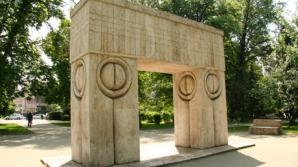 Poarta Sărutului reprezintă simbolic trecerea spre o altă viaţă.