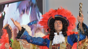 TÂRG de turism. Radu Mazăre s-a îmbrăcat în rege şi a fost înconjurat de peste 60 de domnişoare