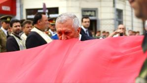 Ion Prioteasa, presedintele Consiliului Judetean Dolj, saruta drapelul Romaniei