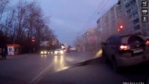 Momente de groază în Rusia: A bufnit prin asfalt, în faţa maşinilor înspăimântaţi