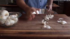 Cum să cureţi usturoiul în mai puţin de zece secunde