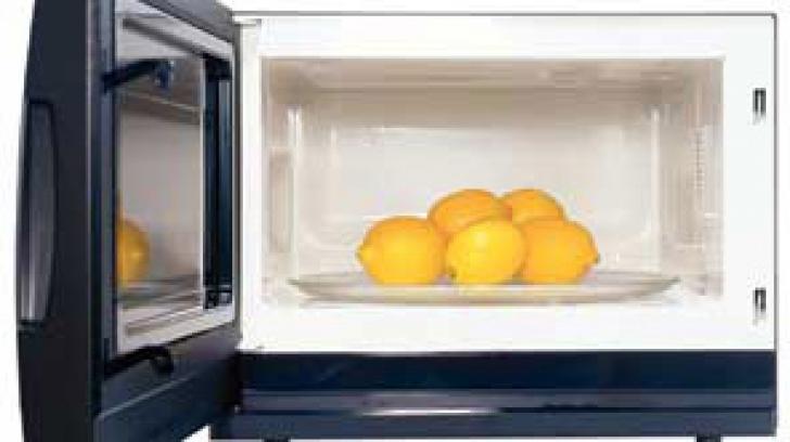 Ce păţeşti dacă bagi la o lămâie în cuptorul cu microunde?