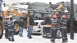 FOTO ARHIVĂ: mai multe maşini au fost avariate în Bucureşti din cauza vântului puternic
