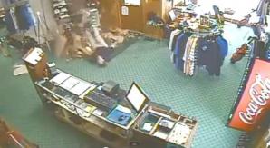 Reacţia incredibilă a unor angajaţi după ce colegul le-a căzut prin tavan
