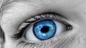 O tânără a orbit după ce şi-a schimbat culoarea ochilor