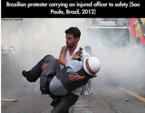 Un soldat rănit este dus în braţe de un protestatar curajos, Sao Paolo (Brazilia), 2012