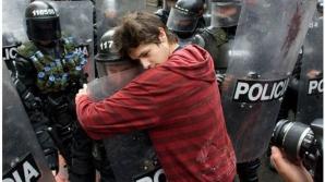 Un student îmbrăţişează un soldat la un protest pentru bugetul educaţiei, Bogota (Columbia), 2011