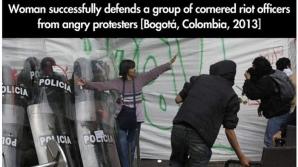 O femeie îi apără pe poliţişti de protestatarii furioşi, Bogota, 2013