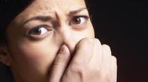 6 motive pentru care ai respiraţia urât mirositoare