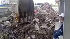 VIDEO VIRAL. Constructorii care nu sunt cu toate ţiglele pe casă: cum îşi aprind ţigarile