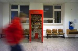 Cabinele telefonice scoase din uz, folosite drept mini-biblioteci, în Praga. Foto: MSN.com