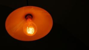 Gestul incredibil al unor hoţi din Rădăuţi: au furat 5000 de euro, dar au stins luminile în casă