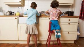 6 moduri prin care să-ți convingi copiii să facă treburi în casă