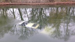 Trei persoane rănite, după ce maşina în care se aflau a ajuns într-un pârâu