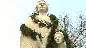 MIHAI EMINESCU. Mâna statuii Veronicăi Micle, ţinută în sertar