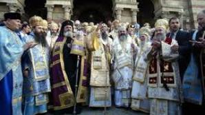 Mitropolitul Ardealului la împărțirea aghiasmei: Nu vă înghesuiți!