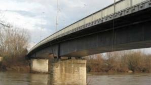 Un tânăr de 21 de ani a sărit de pe podul Decebal