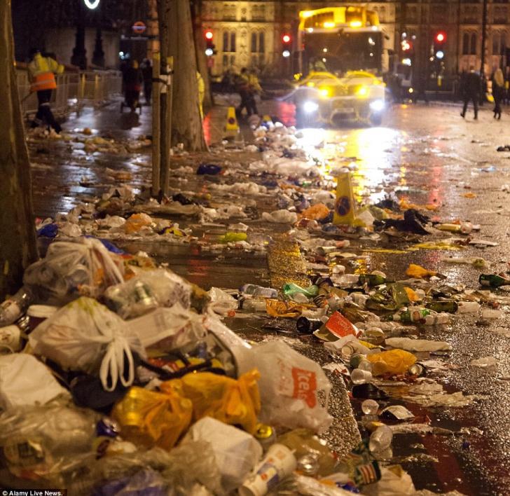 Ce a rămas după petrecere pe străzile din UK