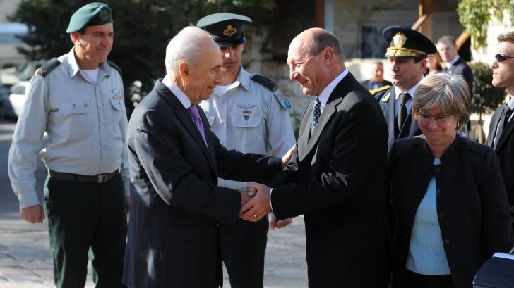 TRAIAN BĂSESCU, la ZIDUL PLÂNGERII. Preşedintele a lăsat un bilet cu O DORINŢĂ / Foto: presidency.ro