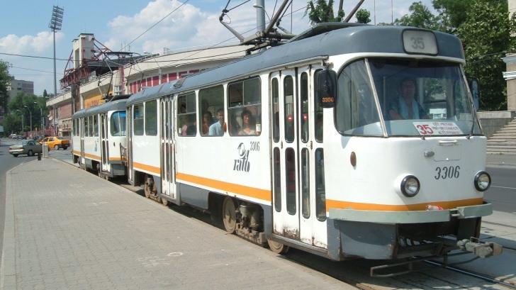 Bărbat prins sub tramvai, în faţa unui mall din Sectorul 5 al Capitalei