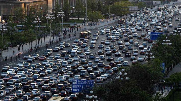 Maşini pe o stradă din Beijing